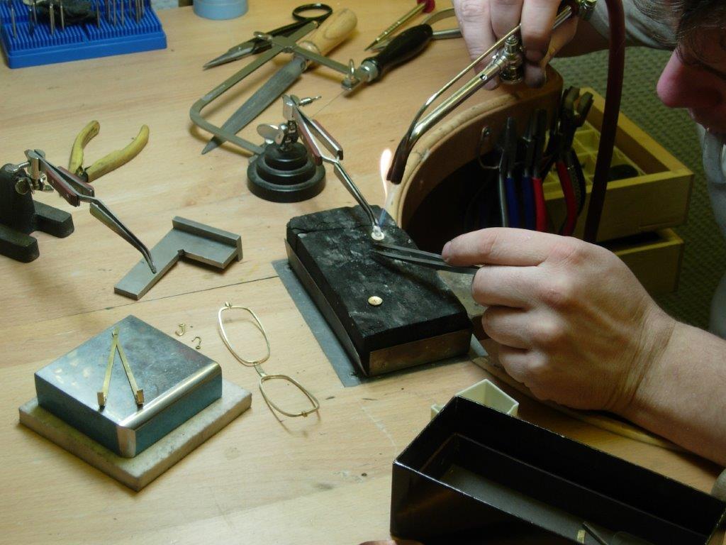 Brillenherstellung in Goldschmiede-Werkstatt
